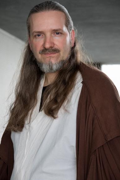 Ralph Henke, Mitbegründer der Augsburger Star Wars-Fantruppe Starbase07 sieht Liam Neeson (Qui-Gon Jinn) zum Verwechseln ähnlich.